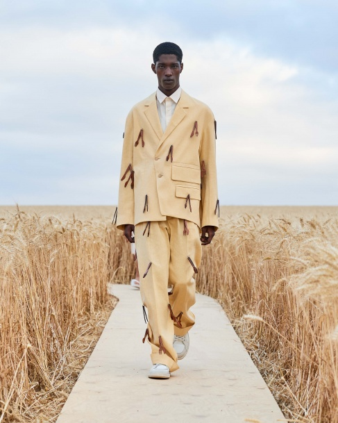 https://mcprod.jacquemus.com/media/staempfli_imageresizer/cache/collection/487x_co_ar_tr_95/Jacquemus_SS21_004.jpg