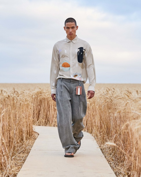 https://mcprod.jacquemus.com/media/staempfli_imageresizer/cache/collection/487x_co_ar_tr_95/Jacquemus_SS21_013.jpg