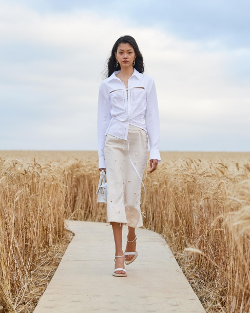 https://mcprod.jacquemus.com/media/staempfli_imageresizer/cache/collection/487x_co_ar_tr_95/Jacquemus_SS21_015.jpg