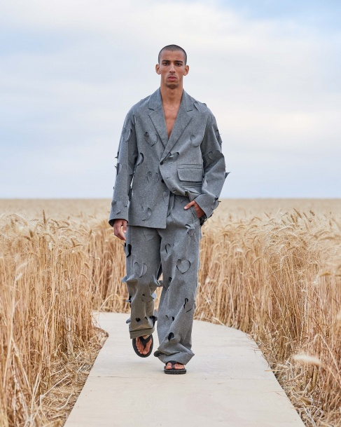 https://mcprod.jacquemus.com/media/staempfli_imageresizer/cache/collection/487x_co_ar_tr_95/Jacquemus_SS21_017.jpg