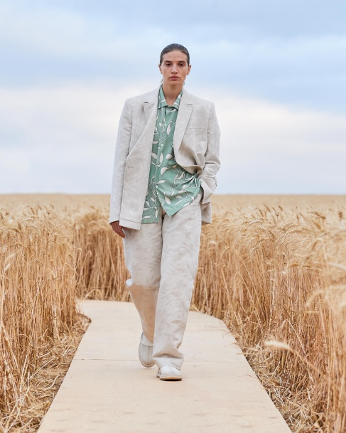 https://mcprod.jacquemus.com/media/staempfli_imageresizer/cache/collection/487x_co_ar_tr_95/Jacquemus_SS21_024.jpg