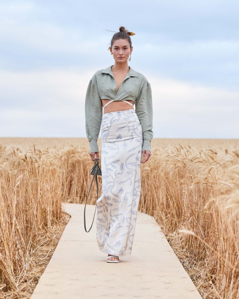 https://mcprod.jacquemus.com/media/staempfli_imageresizer/cache/collection/487x_co_ar_tr_95/Jacquemus_SS21_025.jpg