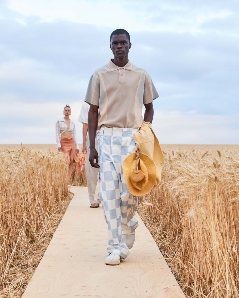 https://mcprod.jacquemus.com/media/staempfli_imageresizer/cache/collection/487x_co_ar_tr_95/Jacquemus_SS21_029.jpg