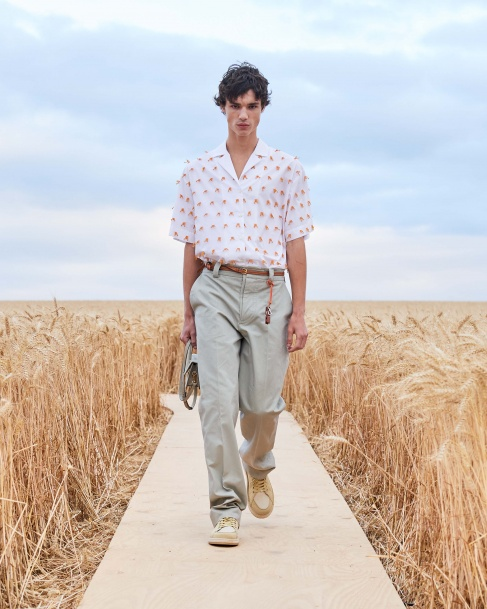 https://mcprod.jacquemus.com/media/staempfli_imageresizer/cache/collection/487x_co_ar_tr_95/Jacquemus_SS21_032.jpg