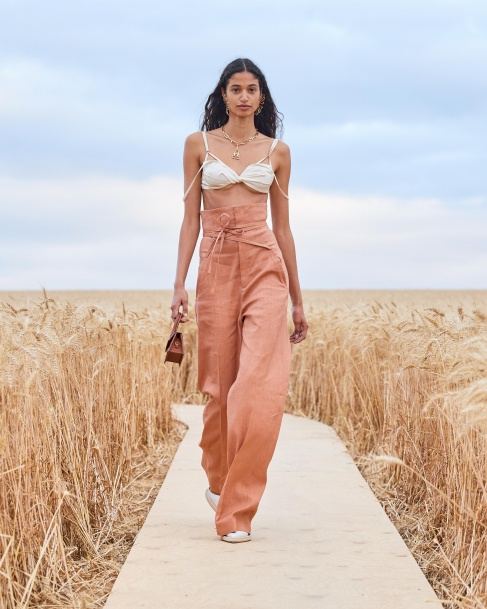 https://mcprod.jacquemus.com/media/staempfli_imageresizer/cache/collection/487x_co_ar_tr_95/Jacquemus_SS21_033.jpg