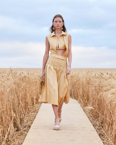 https://mcprod.jacquemus.com/media/staempfli_imageresizer/cache/collection/487x_co_ar_tr_95/Jacquemus_SS21_036.jpg