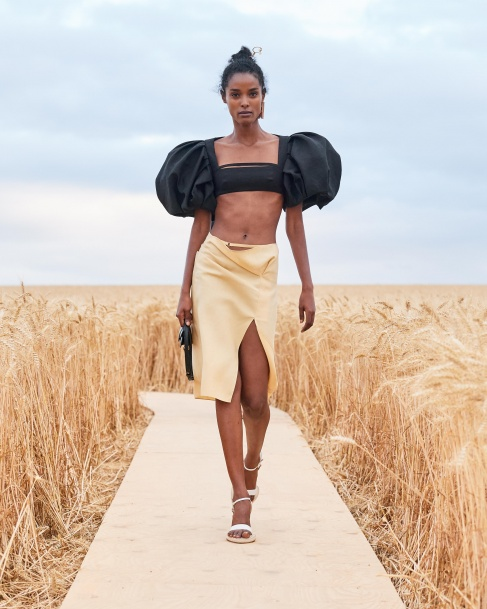 https://mcprod.jacquemus.com/media/staempfli_imageresizer/cache/collection/487x_co_ar_tr_95/Jacquemus_SS21_050.jpg